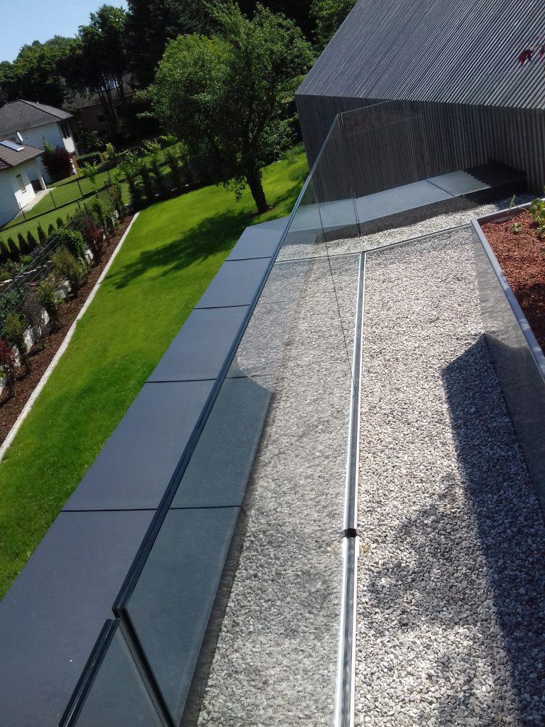 Dachterrasse mit Hochbeeten und Glasgeländer