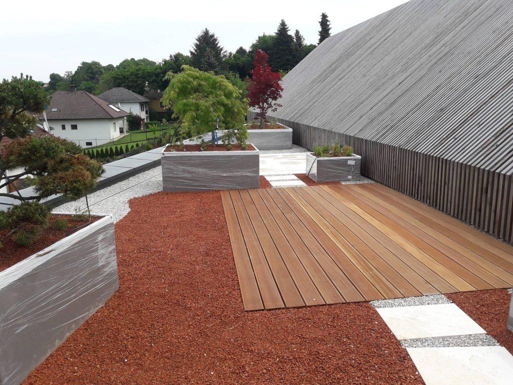 Dachterrasse mit Hochbeeten und Deck