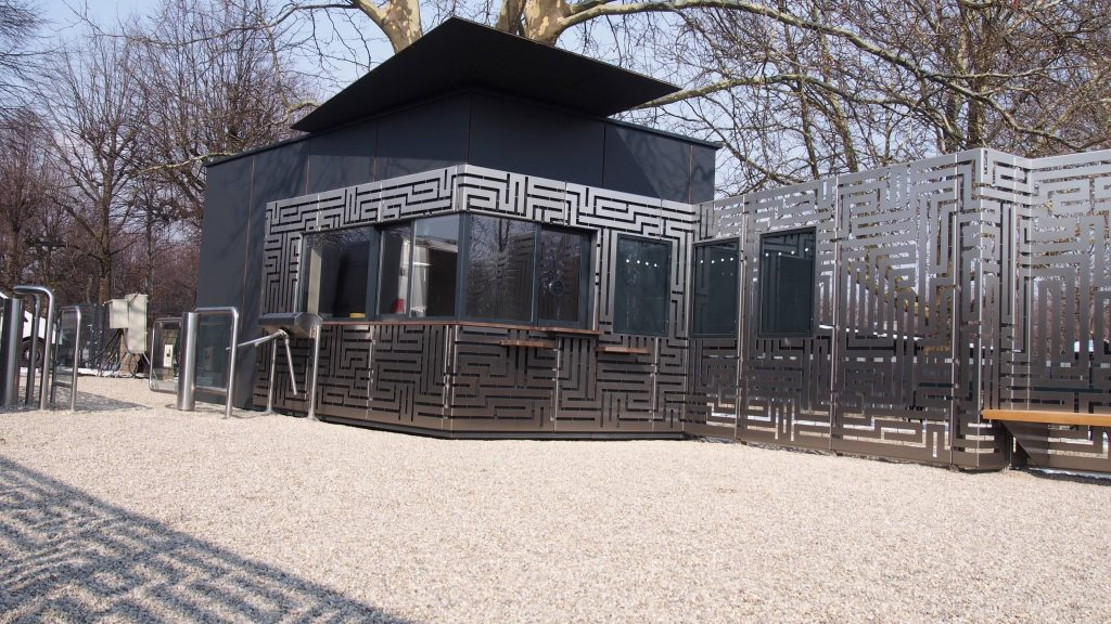 Maze Kassenhaus mit Eingang